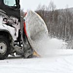 Brøytebilene jobber iherdig for å fjerne slaps, vann og snø fra veibanen. Foto: Robin Lund, IMGS.no bildebyrå
