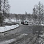En bil tar sjansen på svømmetur ved innkjøringen til Liland ved Osvannet. Foto: Robin Lund, IMGS.no bildebyrå.