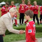 Ballangen-ordfører Anne-Rita Nicklasson gratulerer med innsatsen, ønsker spillerne vel hjem og velkommen tilbake til neste år. Foto: Robin Lund, Fotonaut.no