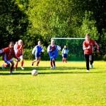 Både Mjølner-minijentene og BOIF-amazonene spurter etter ballen. Foto: Robin Lund, Fotonaut.no