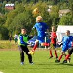 Man må springe litt i luften om hodet skal nå ballen. Fra kamp mellom BOIF Inter og Beisfjord LG12. Kampen endte 4 – 1 til BOIF Inter. Foto: Robin Lund, Fotonaut.no