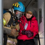 BJØRNFJELL, NARVIK, 3. NOVEMBER 2010 - En «skadet» person blir geleidet ut av togvognet av brannmannskap. Bilde fra nasjonal beredskapsovelse «Tyr» på Bjørnfjell stasjon i Narvik kommune. Foto: Robin Lund, IMGS.no