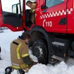 BJØRNFJELL, NARVIK, 3. NOVEMBER 2010 - Brannbilen kjørte seg fast i snøen. Bilde fra nasjonal beredskapsovelse «Tyr» på Bjørnfjell stasjon i Narvik kommune. Foto: Robin Lund, IMGS.no