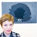 TJELDSUND 26. FEBRUAR 2011 - ETS UKM i Fjelldal samfunnshus. Snorre Riise Jakobsen (10 år), fra Evenes, stiller ut maleriet «Den mørkeste hulen i det svarteste berget». Foto: Robin Lund