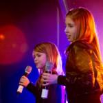 Malene Gundersen (11 år) og Mariell Andreassen (10 år), fra Tjeldsund, kom seg videre med poplåta «Berømt». Foto: Robin Lund, Fotonaut.no