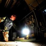 Minedykker søker etter eksplosiver i maskinrommet på et skip. Foto: Doug Elsey/Forsvaret