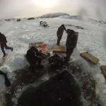Minedykkere gjør seg klar til isdykk. Foto: Doug Elsey/Forsvaret