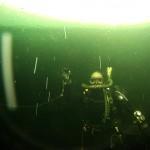 Minedykkere søker etter eksplosiver under isen. Foto: Doug Elsey/Forsvaret
