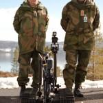 Generalmajor Rune Jakobsen og kommandørkaptein Svenn Snåsøy fra Forsvarets operative hovedkvarter inspiserer øvelsen. Foto: Anders Holter Rapp/Forsvaret