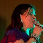 Jenny Jenssen både sang og dirigerte på dugnadskonserten. Foto: Robin Lund, Fotonaut.no