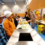 Matsalg gir alltid penger i kassen. Prix hadde sponset alt av mat og drikke for anledningen. Foto: Robin Lund, Fotonaut.no