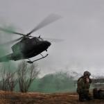 Bell 412 helikopter på vei for å evakuere såret personell. Foto: Doug Elsey/Forsvaret