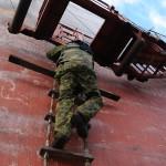 Estiske eksplosivryddere tar seg om bord i et sivilt lasteskip. Foto: Doug Elsey/Forsvaret