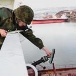 Estiske eksplosivryddere undersøker udetonerte eksplosiver om bord på sivilt lasteskip. Foto: Doug Elsey/Forsvaret