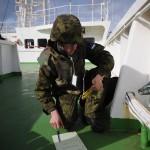 Estiske eksplosivryddere undersøker udetonerte eksplosiver om bord på sivilt lasteskip. Foto: Erik Berger Vaage/Forsvaret