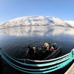 Minedykkere gjennomfører søk etter eksplosiver på et fartøysskrog. Foto: Doug Elsey/Forsvaret