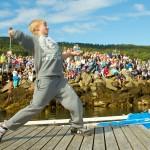 Sjitongen Trym Øien Jakobsen setter inn et vinnerdryl i å…pent nasjonalt mesterskap i tørska torskhaudryling under Bryggetreffet på Liland. Foto: Robin Lund, fotonaut.no