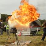 Bergs Brann og Sikkerhet demonstrerer hva som skjer om man heller vann i smultgryta. Foto: Robin Lund, fotonaut.no