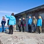 Delegasjonen får presentert historie og nyter utsikten ved Korshamn fort i Kjeldebotn. Foto: Robin Lund.no