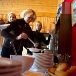 Marlene Føre Frantzen, Hilde Normark og Malin Backlund er klar for lunsj på Korshamn fort. Foto: Robin Lund .no