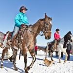 Vera Lindberg og Grethe Parker koser seg på hesteryggen på Arctic Ranch. Foto: Robin Lund .no