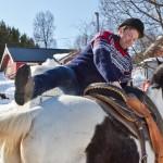 Salgssjef Ole-Tom Martinussen strever seg opp på hesteryggen på Arctic Ranch. Foto: Robin Lund .no