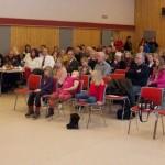 Rett i underkant av 100 mennesker møtte opp i Evenes samfunnshus til politisk engasjement og musikalsk underholdning. Foto: Robin Lund, fotonaut.no