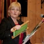 SV-leder Kristin Halvorsen fikk nordnorske hjelpemidler med seg som takk for besøket. Foto: Robin Lund, fotonaut.no